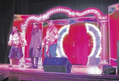 En altamar. La pareja de actores cochabambinos alternará sus caracterizaciones en el Teatro René Moreno