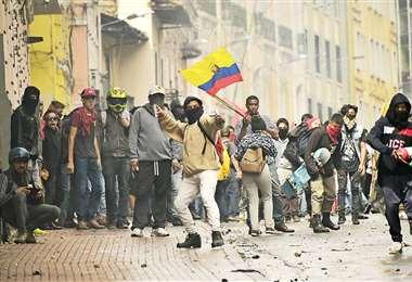 Manifestantes y policías protagonizaron una batalla campal en el centro de Quito. Foto: AFP