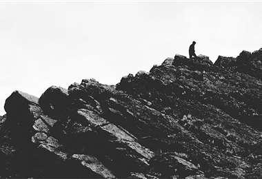 El formato blanco y negro utilizado en el filme responde a la intención de superponer los mundos que son retratados por Piñeiro. FOTOS: SOCAVÓN CINE