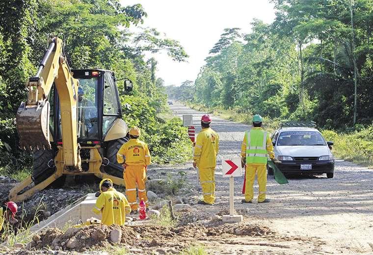 La empresa brasileña OAS inició obras para la construcción de la carretera por el Tipnis. Fue paralizada en diciembre de 2011