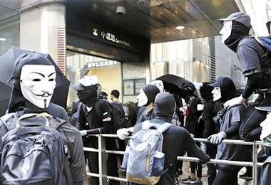 Manifestantes con máscaras, ayer, en Hong Kong