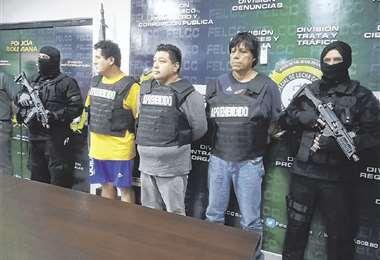 Los tres hombres que fueron mostrados ayer en la Felcc. Hoy la Fiscalía los presentará ante un juez. Foto: GUIDER ARANCIBIA