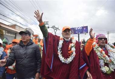 Carlos Mesa realizó una caminata en la ciudad de El Alto este sábado. Foto: APG
