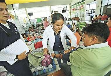 Una brigadista de salud controla el estado de los huelguistas. Foto: JORGE GUTIÉRREZ