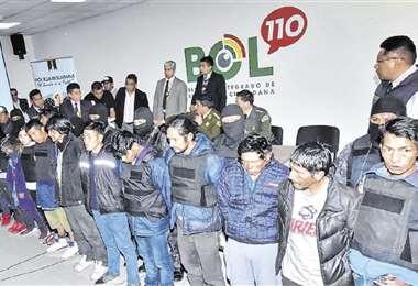 El momento de la presentación de los detenidos en la Felcc de La Paz. Serán pasados ante un juzgador. Foto: APG NOTICIAS