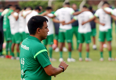César Farías con la selección de fondo. El técnico apunta a que la Verde haga un quiebre desde este partido. Anticipó mucha entrega. Foto: Jorge Uechi