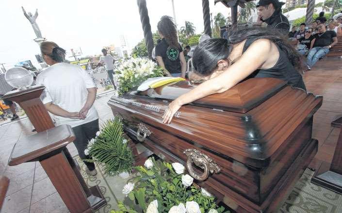 En el atrio construido para la visita del papa Francisco, allí es velado el cuerpo de Marcelo Terrazas Seleme. Cientos de personas fueron a ver su féretro y hoy será enterrado. Foto: HERNÁN VIRGO