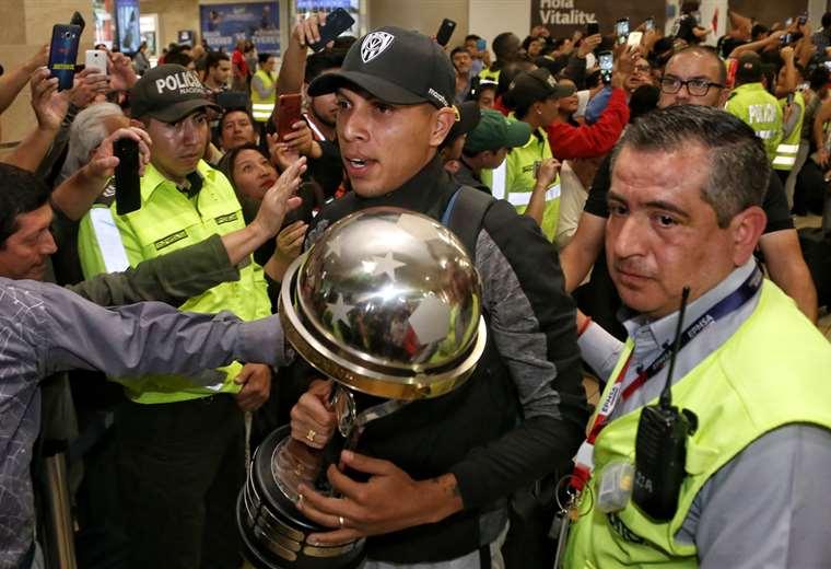 Los jugadores de Independiente del Valle llegaron en medio de una multitud que los esperó en el aeropuerto de Quito. Foto. AFP