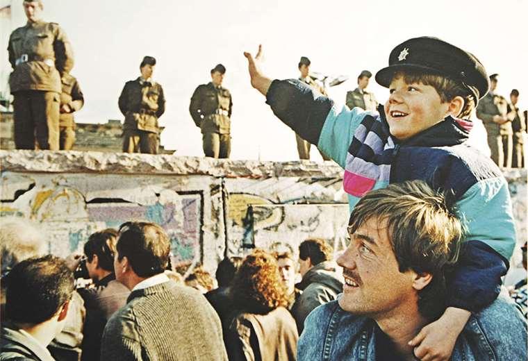 Las imágenes en Berlín muestran a gente feliz, celebrando el fin de la división