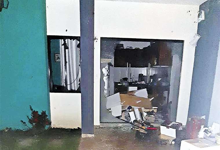 Reportan dos heridos de bala en disturbios con daños a instituciones. Los policías tuvieron que irse a Santa Fe