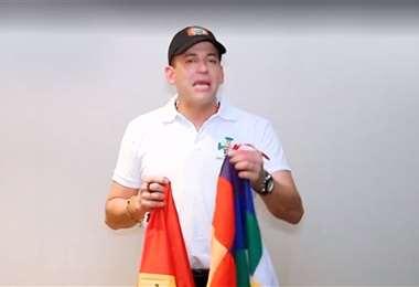 Camacho mandó un mensaje sosteniendo la bandera boliviana y la whipala