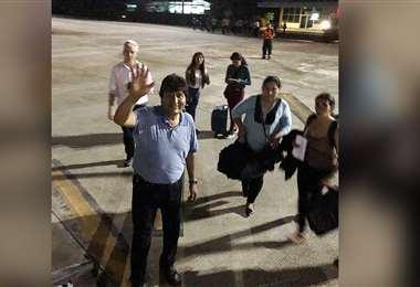Evo Morales a punto de abordar el vuelo a México (Foto: redes sociales)