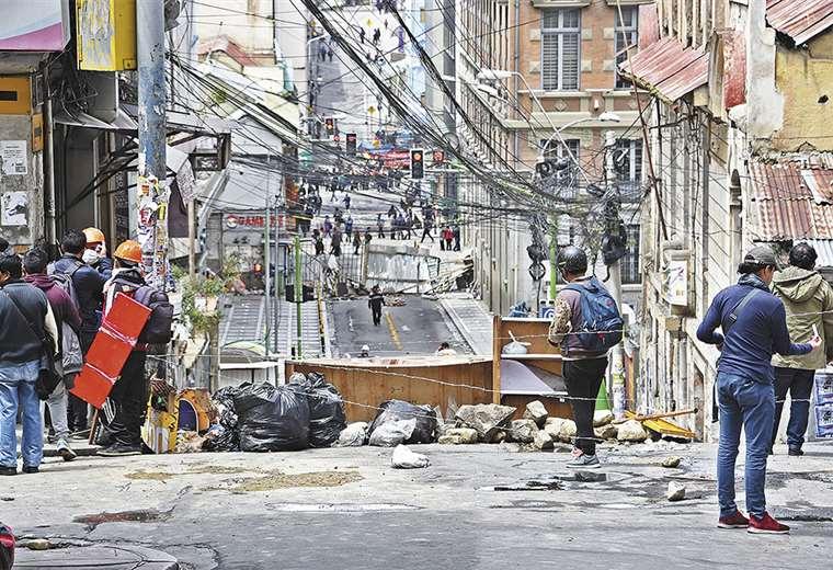La gente bloqueó las calles y los negocios cerraron sus puertas
