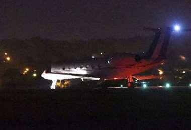 El avión que transportó al expresidente Morales al momento de partir desde Luque. Foto ABC Paraguay