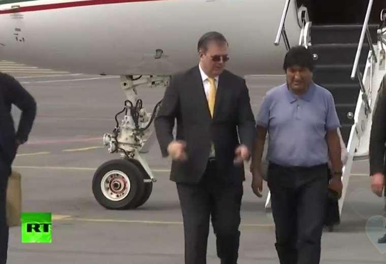 Morales baja del avión que lo llevó a México