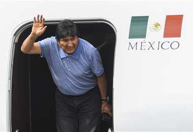 Morales en el momento en el que salía de la aeronave | Foto: AFP