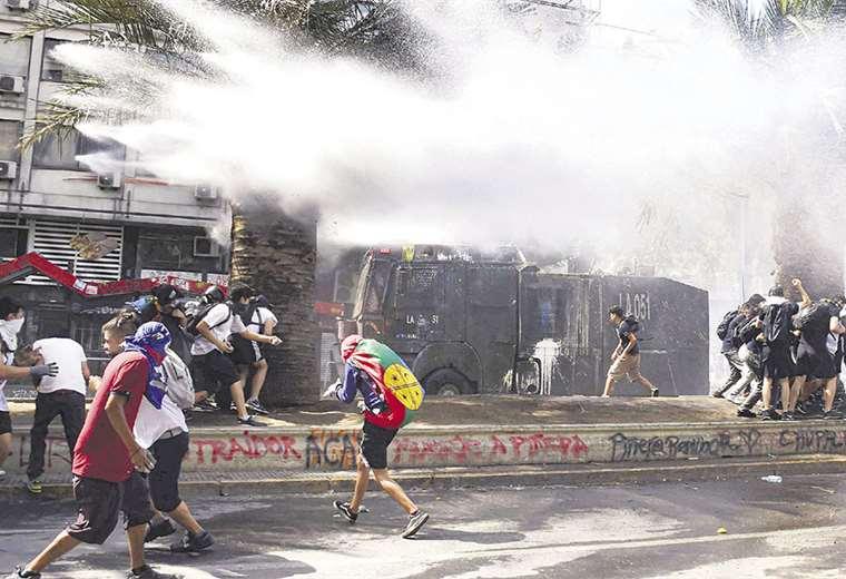 Los manifestantes chocaron con la Policía, mientras continúa en ascenso la convulsión social en Chile