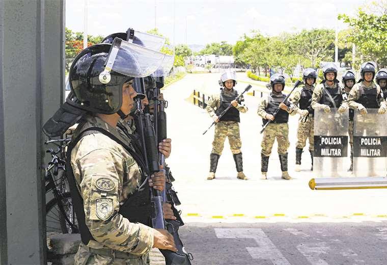 Un contingente de al menos 90 efectivos militares, desde ayer, resguardan las instalaciones de la refinería Guillermo Elder Bell en Santa Cruz