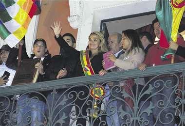 ACTO. A las 19:40 de anoche, la presidenta del país hizo su primera aparición en el palco del Palacio Quemado. A su derecha estaba el cívico Camacho y a su izquierda, Pumari