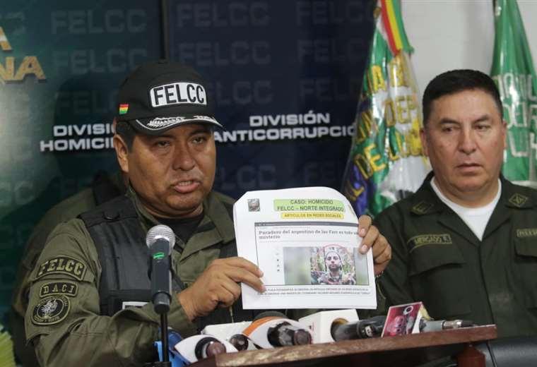 La Policía exhibe una publicación que muestra al presunto guerrilero (Foto: Rolando Villegas)