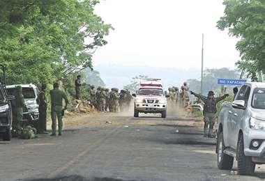 Así luce el puente sobre el río Yapacaní, en el ingreso a esta población que se mantiene tomada por afines al MAS. Detrás de las barricadas en la vía los uniformados custodían