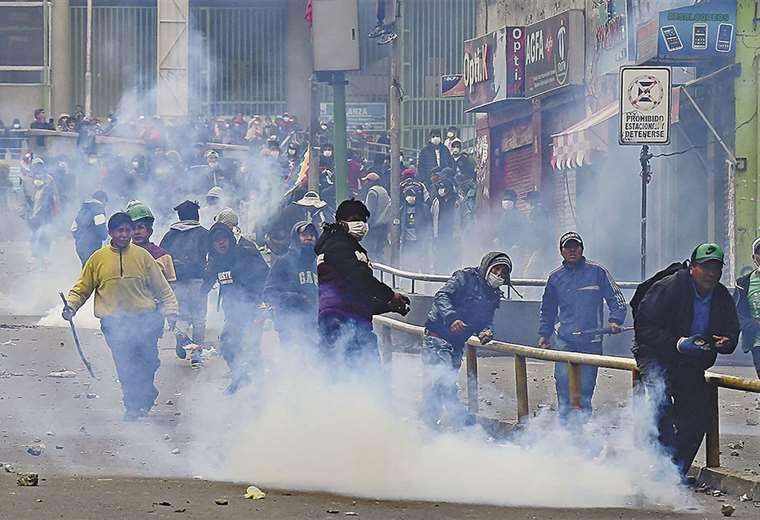 Policías y manifestantes se enfrentaban cuando la presidenta posesionaba a su nuevo Alto Mando Militar