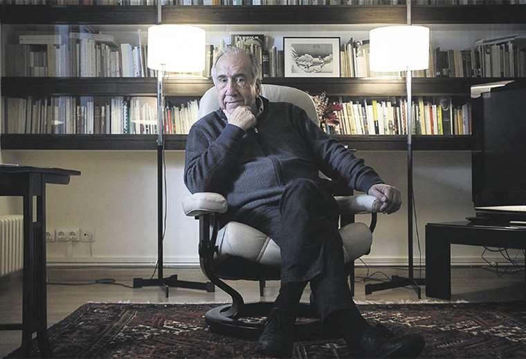 El autor consagró su vida a la poesía y a la arquitectura. Nació el 11 de mayo de 1938 durante la Guerra Civil. Comenzó desde joven a escribir obras en español y, luego, en catalán