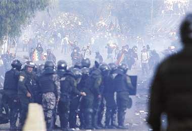 El cerco policial-militar en el puente Huayllani buscó evitar que cocaleros lleguen al centro cochabambino. FOTO: APG NOTICIAS