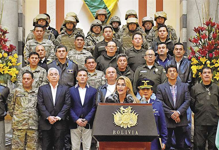 Apareció rodeada de militares y policías, además de los ministros que recién posesionó