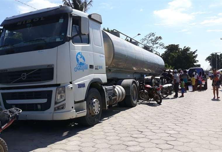 La gente se aglomeró cerca de las cisternas para recoger la leche.