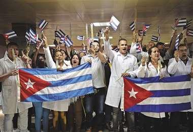 Los primeros 224 médicos cubanos arribaron a La Habana y fueron recibidos con aplausos. Foto AFP