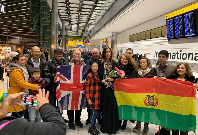 Iciar Díaz junto con los residentes bolivianos en Londres
