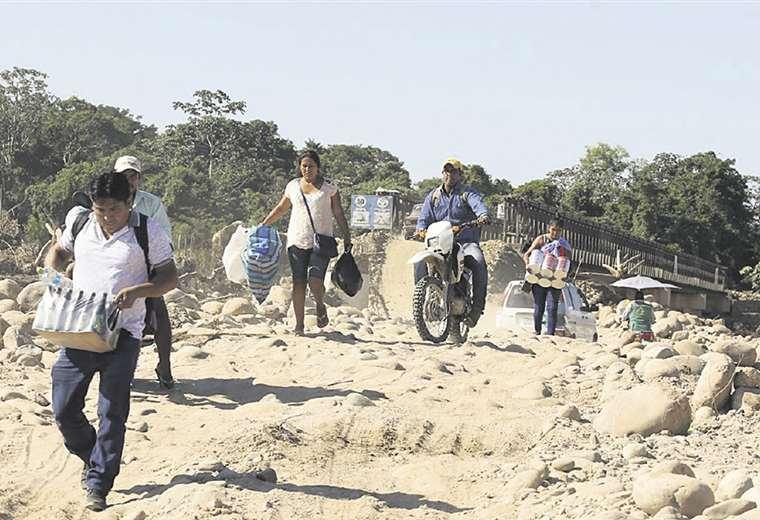 En Yapacaní el bloqueo persiste y la población se da modos para pasar la barricada instalada en el puente. FOTO: FUAD LANDÍVAR
