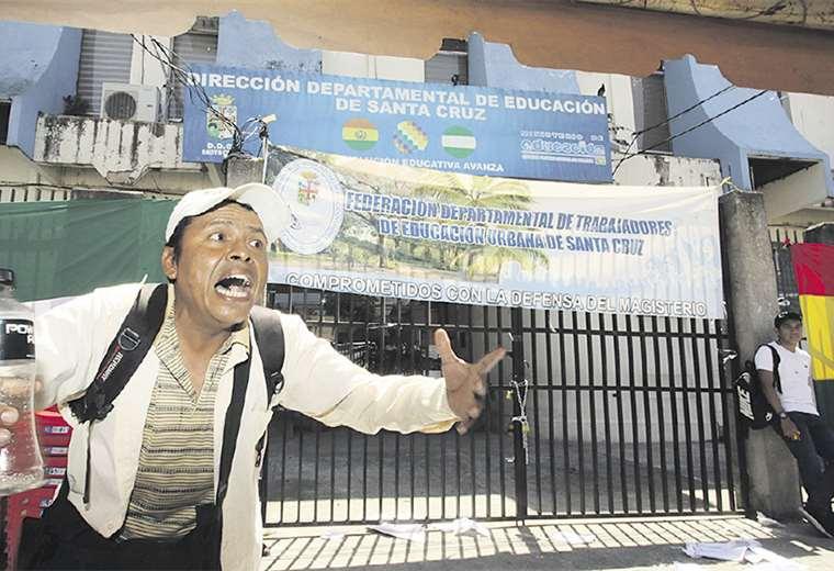 Un padre de familia afectado por la medida de los maestros les pidió a gritos repensar su estrategia. Foto: Ricardo Montero