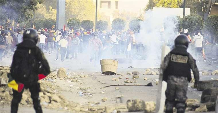 Ayer se registraron enfrentamientos entre cocaleros y la Policía, esta última usó gases lacrimógenos para dispersar la movilización. Foto: Los Tiempos