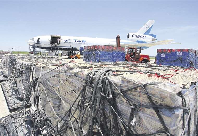 Transportes Aéreos Bolivianos trasladó alrededor de 41 toneladas de huevo y pollo a la ciudad de La Paz durante la jornada de ayer. Foto:JORGE IBÁÑEZ