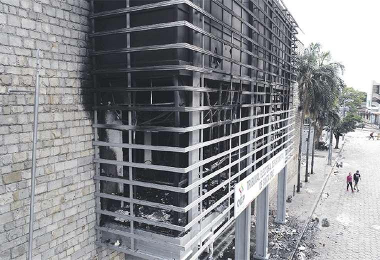 Instalaciones del TED cruceño fueron quemadas el 22 de octubre. Foto: FUAD LANDIVAR