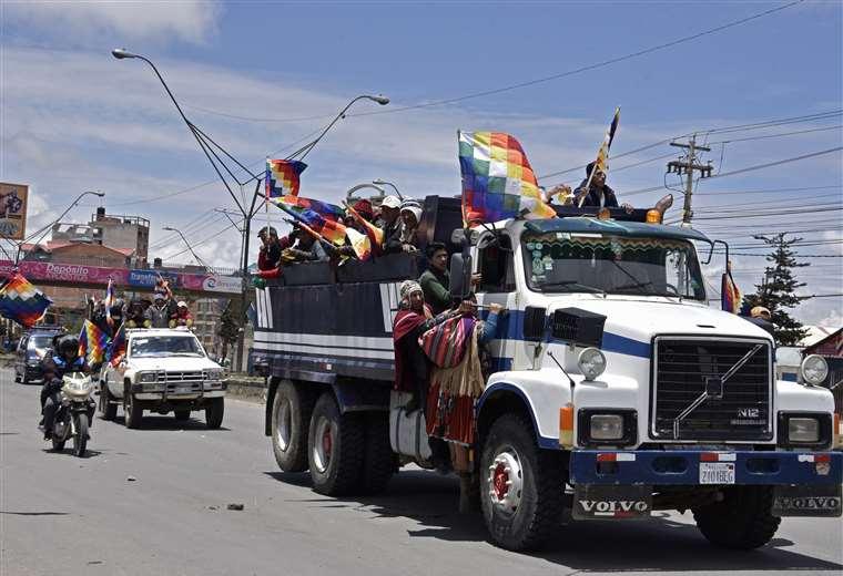 Seguidores de Morales viajan en camiones desde El Alto a La Paz para protestar contra el gobierno interino. Foto AFP