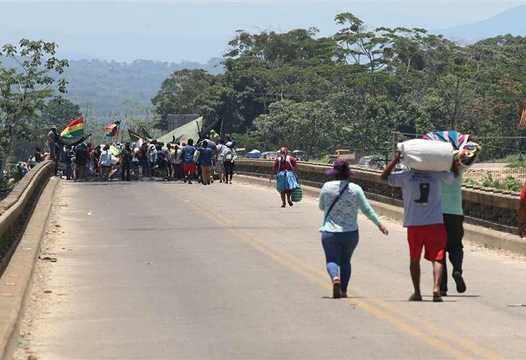 Vista del puente donde afines al MAS llevan adelante el bloqueo en Yapacaní