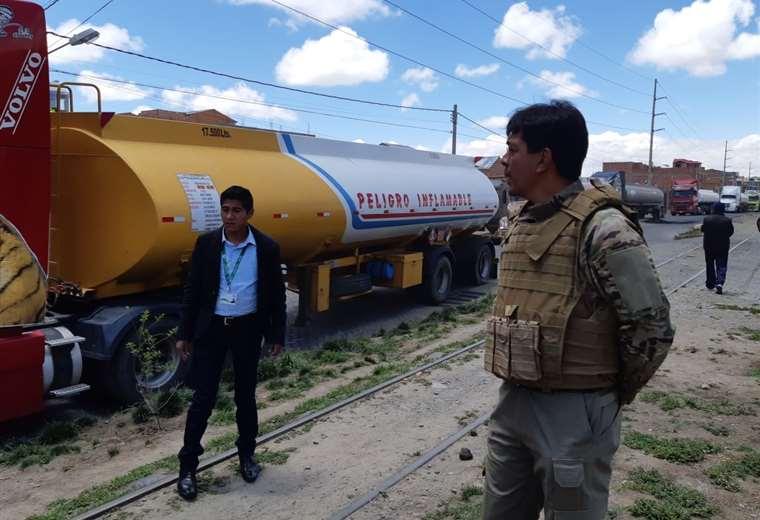 Uno de los cisterna que llegó a La Paz