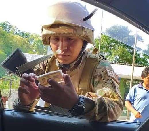 Un efectivo militar controla en el paso fronterizo Bermejo-Aguas Blancas