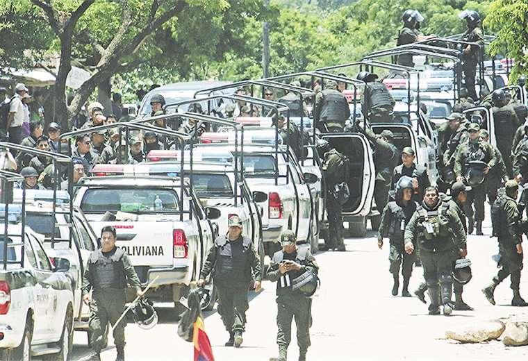El numeroso grupo de policías y militares que participaron del megaoperativo en la ruta a los Valles. Foto: Rolando Villegas
