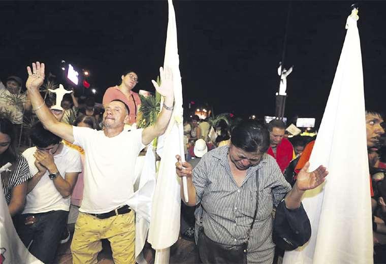 En Santa Cruz se realizó una concentración en el Cristo para pedir por la pacificación del país