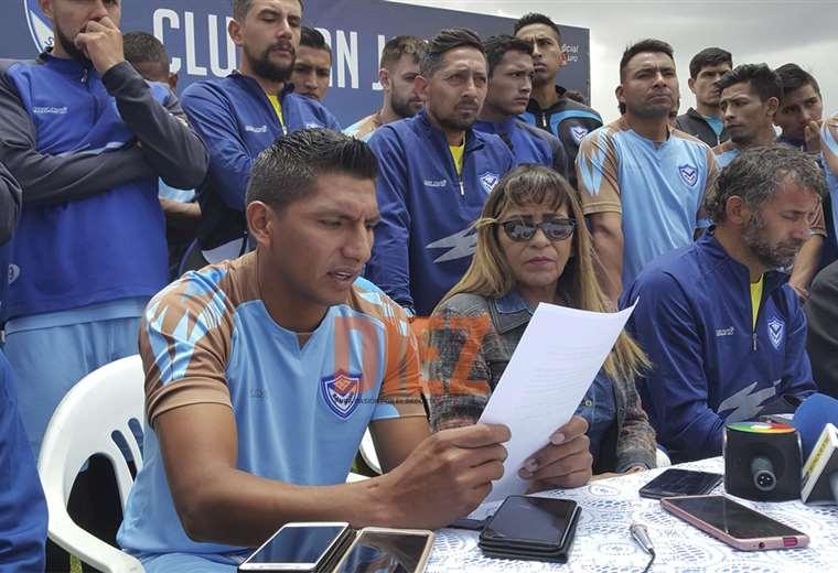 Didi Torrico da lectura al comunicado de los jugadores. Foto: Etzhel A. Llanque