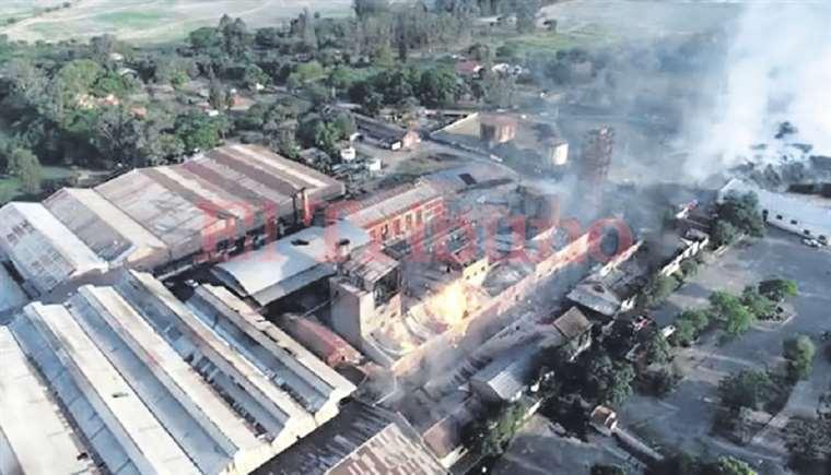 El incendio comenzó en la destilería del ingenio La Esperanza. Foto: EL TRIBUNO DE JUJUY