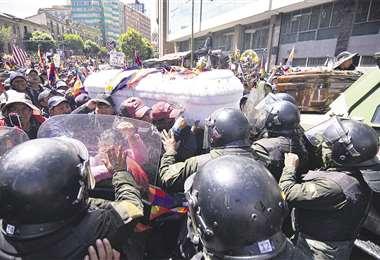 Los alteños llegaron a la ciudad de La Paz con ocho féretros a la ciudad de La Paz. Hubo algunas provocaciones y la Policía los gasificó. Foto: APG Noticias