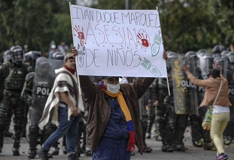 Un manifestante cerca de la policía antidisturbios durante el paro nacional (AFP)
