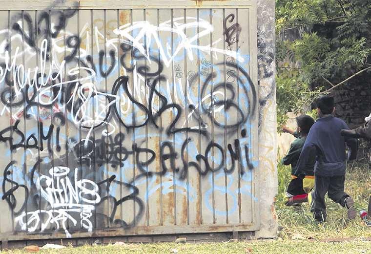 Muchos jóvenes de los barrios de la periferia (Plan 3.000, la Villa, la Pampa, Luján, etc.) utilizar códigos diferentes para comunicarse. Foto: Jorge Uechi