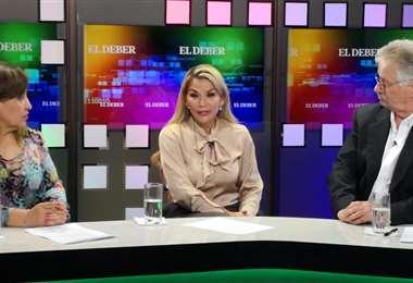 Jeanine Áñez (presidenta del Estado), siendo entrevistada por Mónica Salvatierra y Pedro Rivero