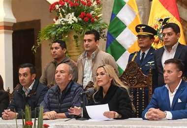 La presidenta del Estado junto a su gabinete. ABI